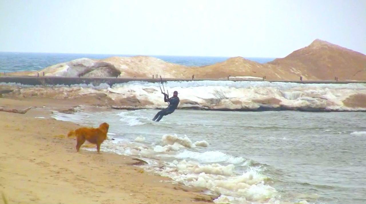 Kiteboarding at Pere Marquette Beach: it's cold and cool at the same time [VIDEO]