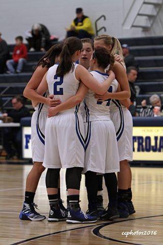 Oakridge girls huddle up. Photo/Carol Cooper