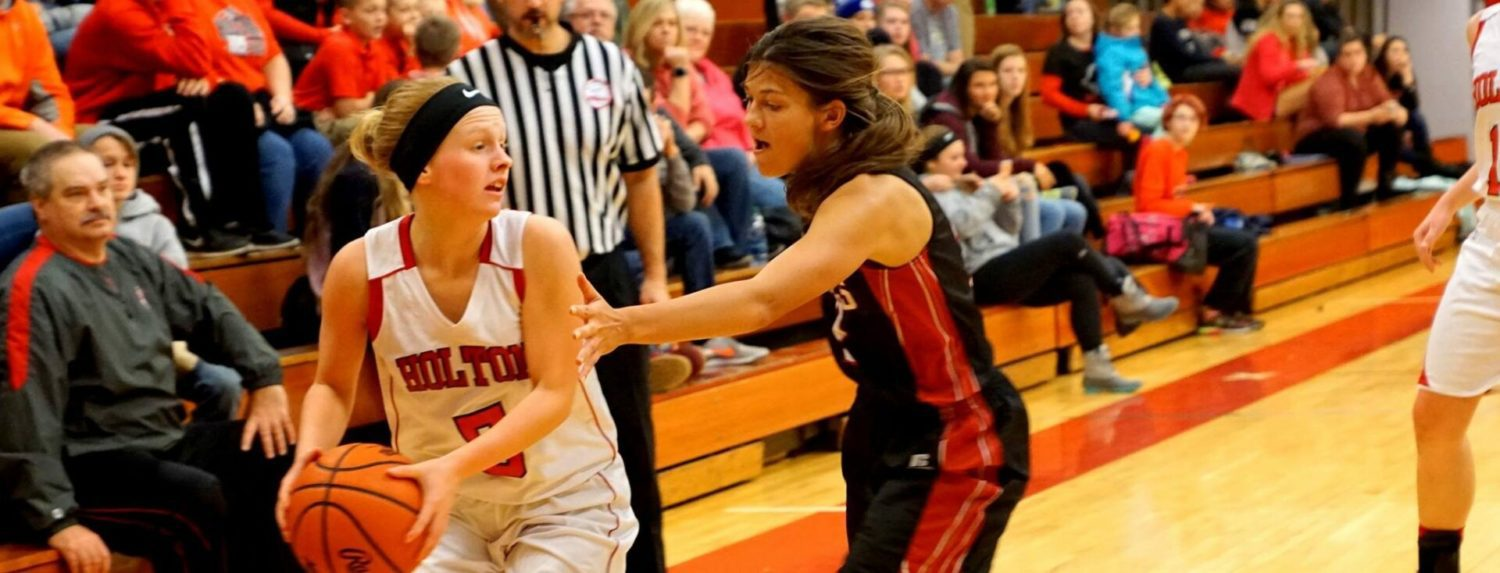Younts gets hot when it counts, leading Holton girls past Hart in their own tournament