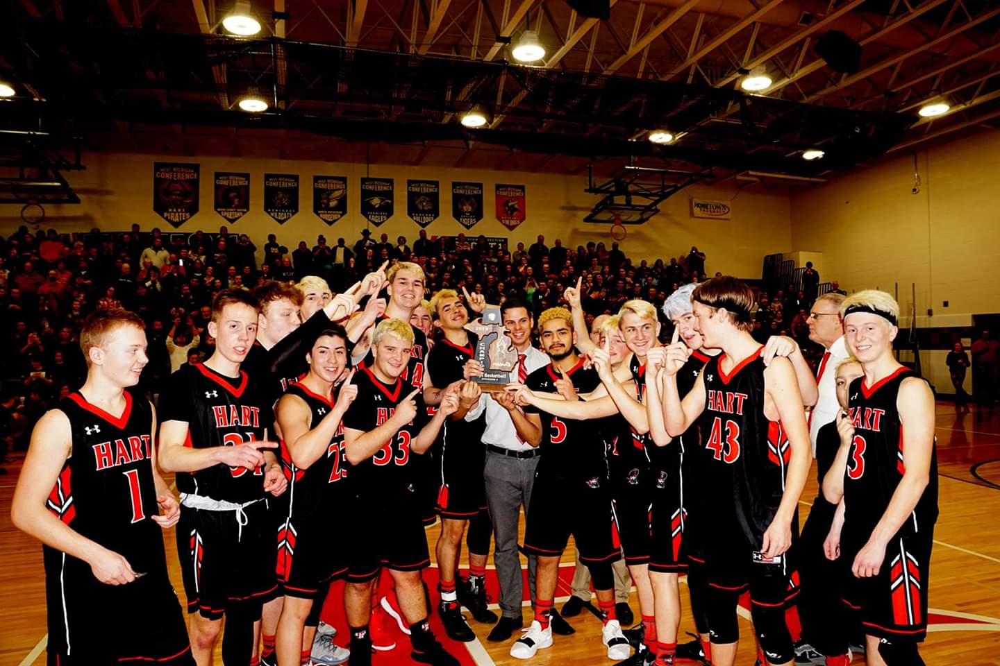 Hart boys basketball team cruises past Hesperia, wins Division 3 district title