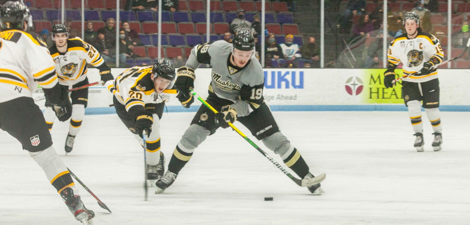 Lumberjacks squander a two-goal lead, winless streak extends to five games with a tough 5-3 loss to Green Bay